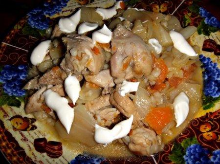 Тушеная капуста с курицей и перловкой