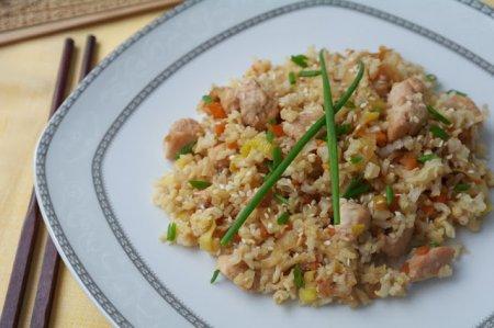 Чесночный рис с куриным филе