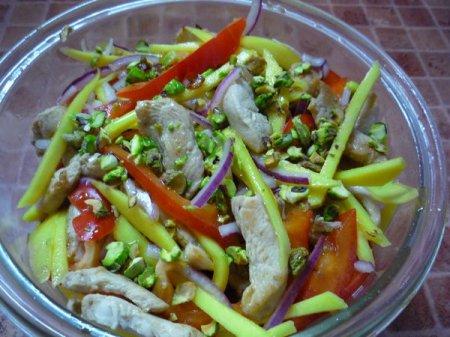 Салат из курицы с манго