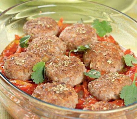 Гречневые котлеты с овощным соусом