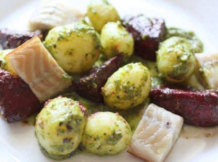 Салат с копченым угрем и юным картофелем под зеленоватой сальсой