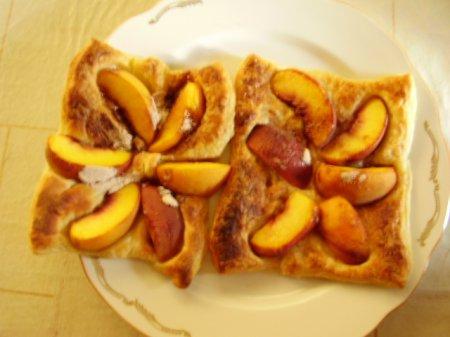 Слоеные квадраты с персиками