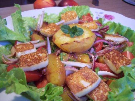 Салат из томатов с персиками и жареным сыром