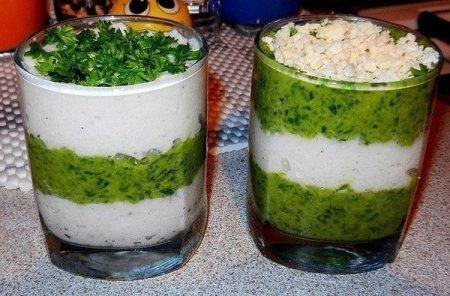 Салат с кальмарами в стаканчиках