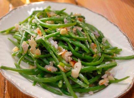 Салат из стручковой фасоли с жаренным миндалем
