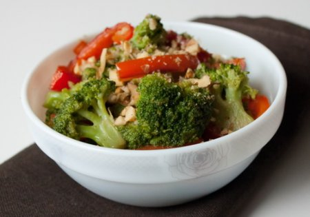 Теплый салат из перца и капусты брокколи